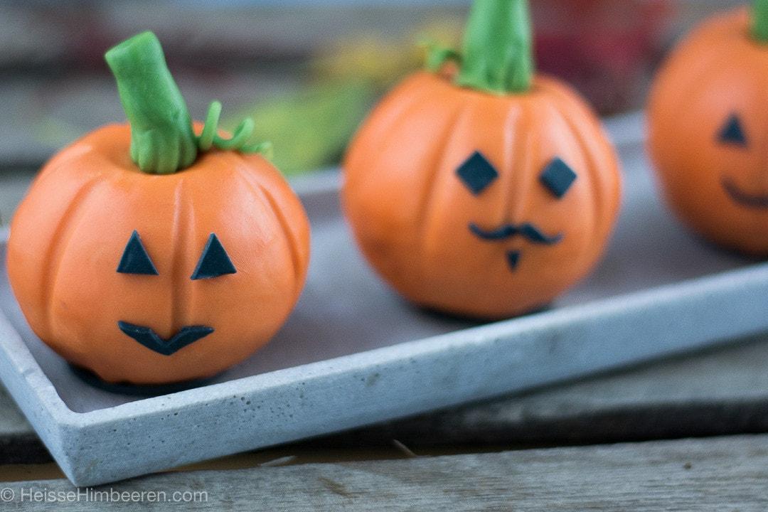 Drei Halloween Gesichter auf den Kürbisen
