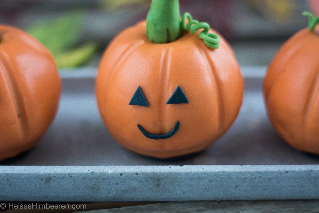 Halloween Gebäck. Kürbise aus Schokokuchen zu Halloween