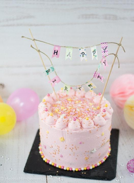 Geburtstagstorte 1 Jahr mit einem Happy Birthday Schriftzug über der Torte