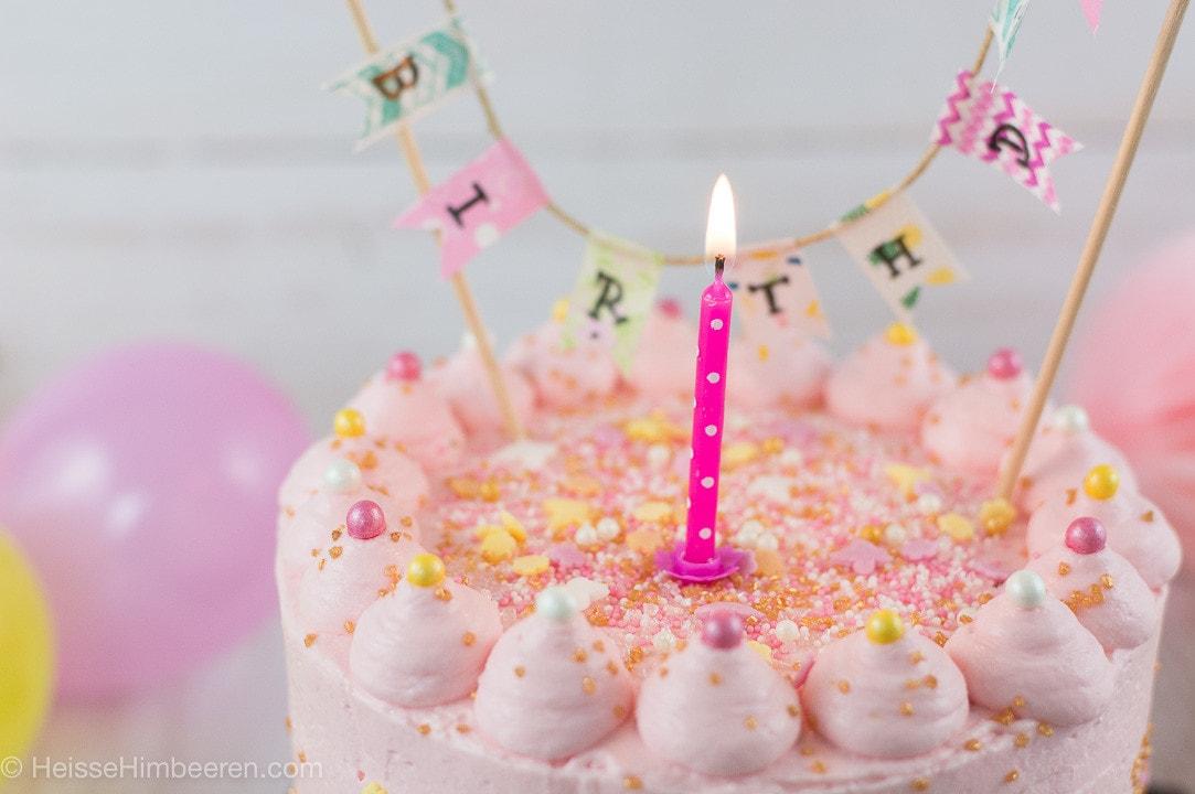 Eine brennende Kerze auf der Geburtstagstorte für 1 Jahr