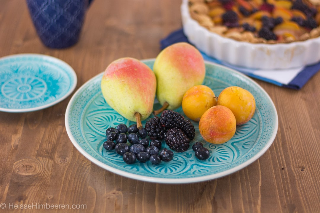 Obst auf einem blauen Teller