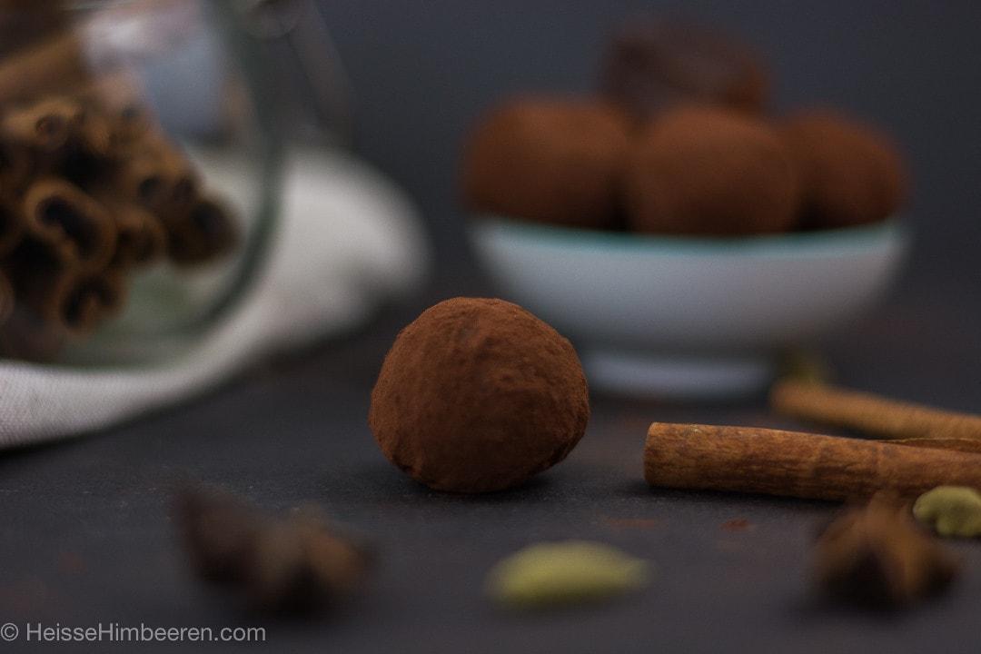 Ein Teetrüffel im Fokus. Er ist mit Schokoladenpulver bedeckt