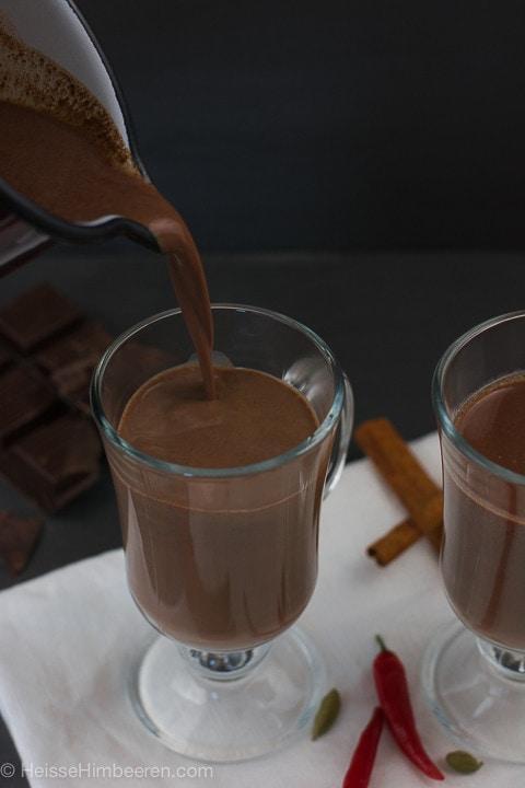Die heiße Schokolade wird ins Glas gegeben