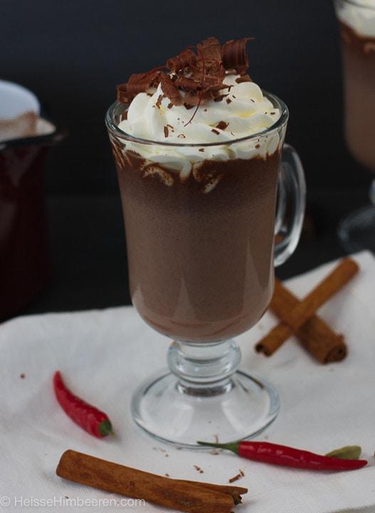 Eine heiße Schokolade mit Gewürzen uns Sahne und Schokosplitter