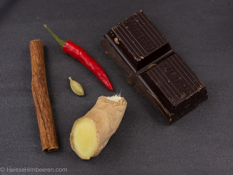 Die Zutaten für die heiße Schokolade mit Gewürzen