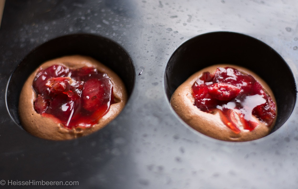In einer Form Schokoladenmousse und Kirschen