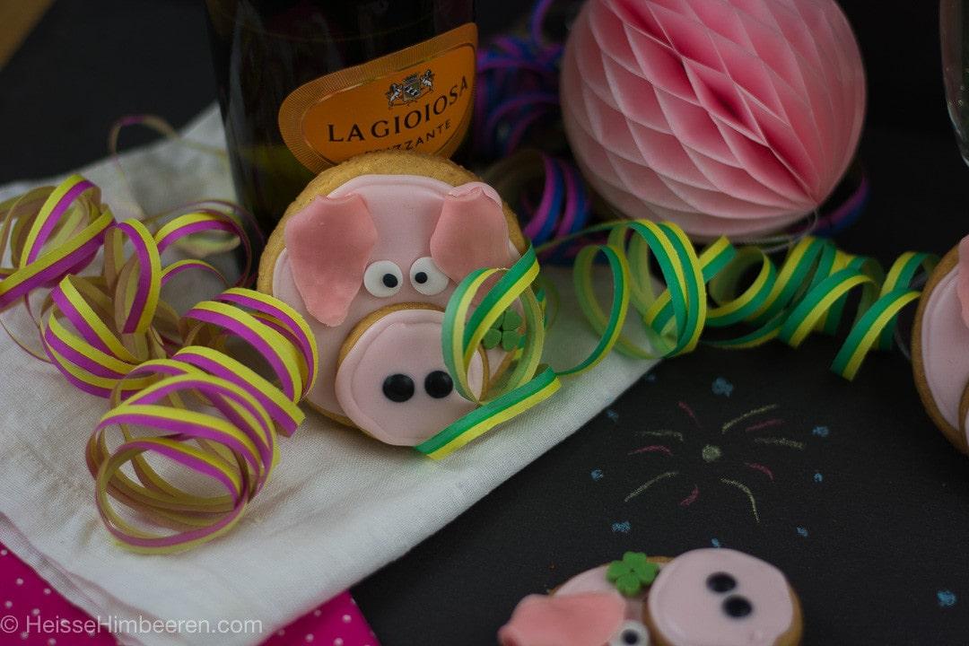 Glücksschweinchen backen aus Mürbeteig zu Silvester