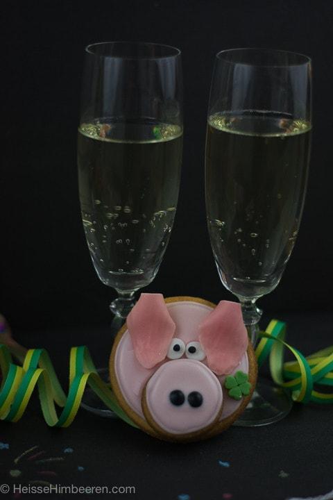 Zwei Gläser Sekt und ein Glücksschweinchen dazwischen