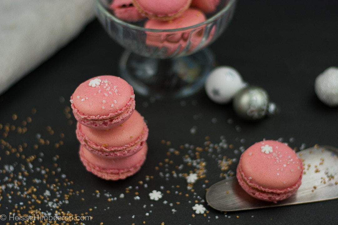 Ein Weihnachts Macaron auf einer Kuchenschaufel