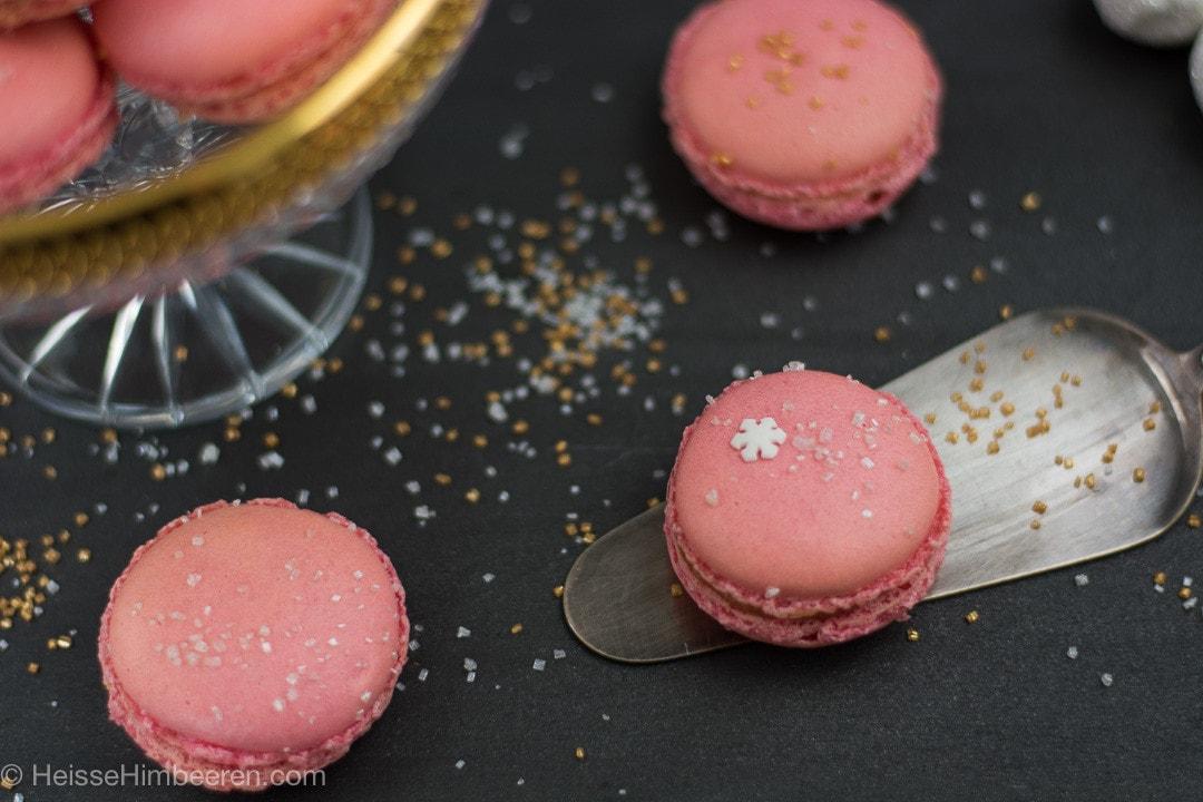Rosa Weihnachts Macarons auf einer Kuchenschaufel