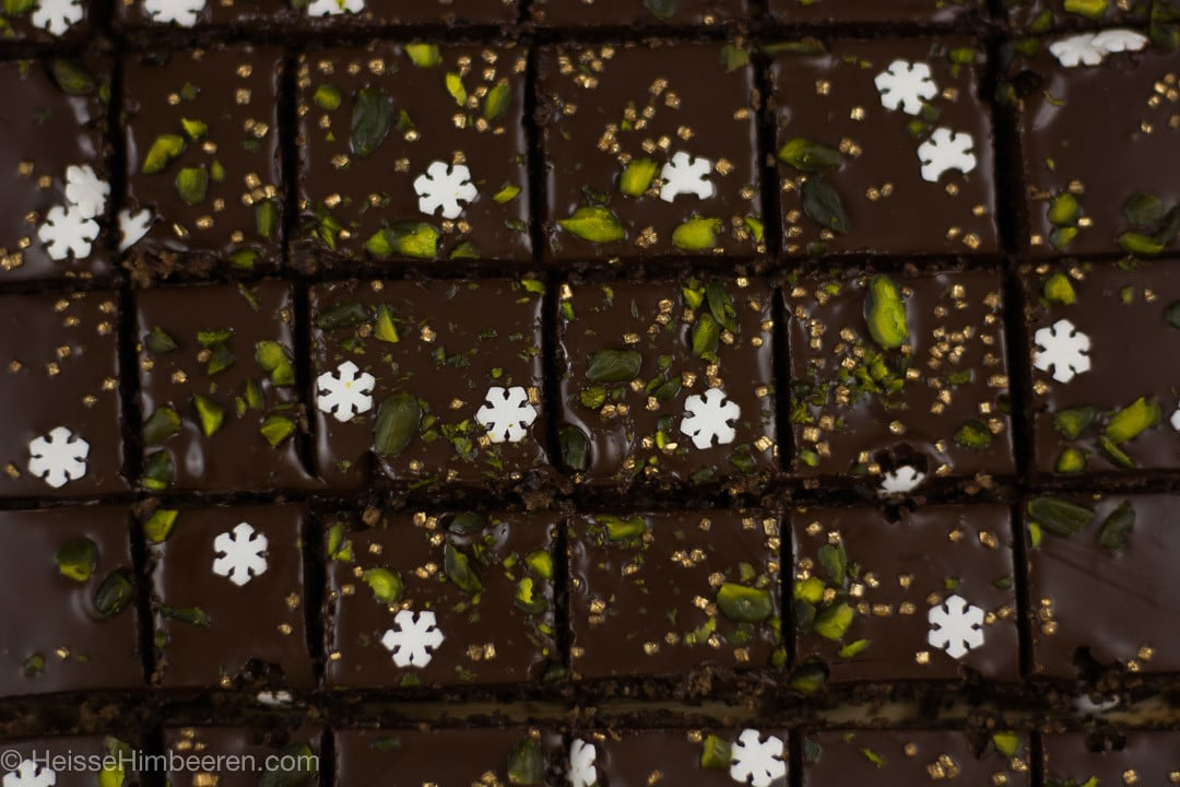 Ein geschnittenes Schokoladenbrot mit winterlicher Dekoration