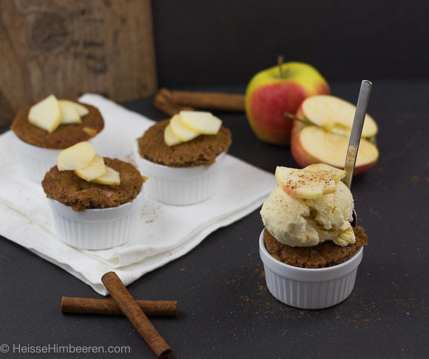 Saftige Apfel Zimt Muffins mit einer Kugel Eis