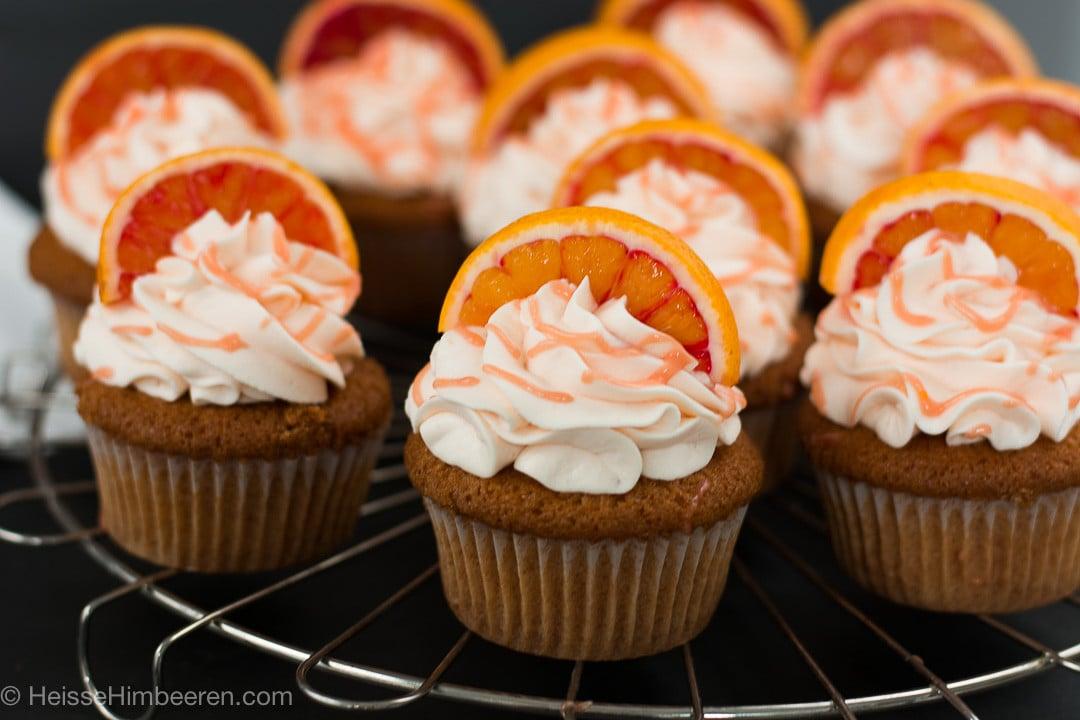 Cupcakes auf einem Kuchengitter