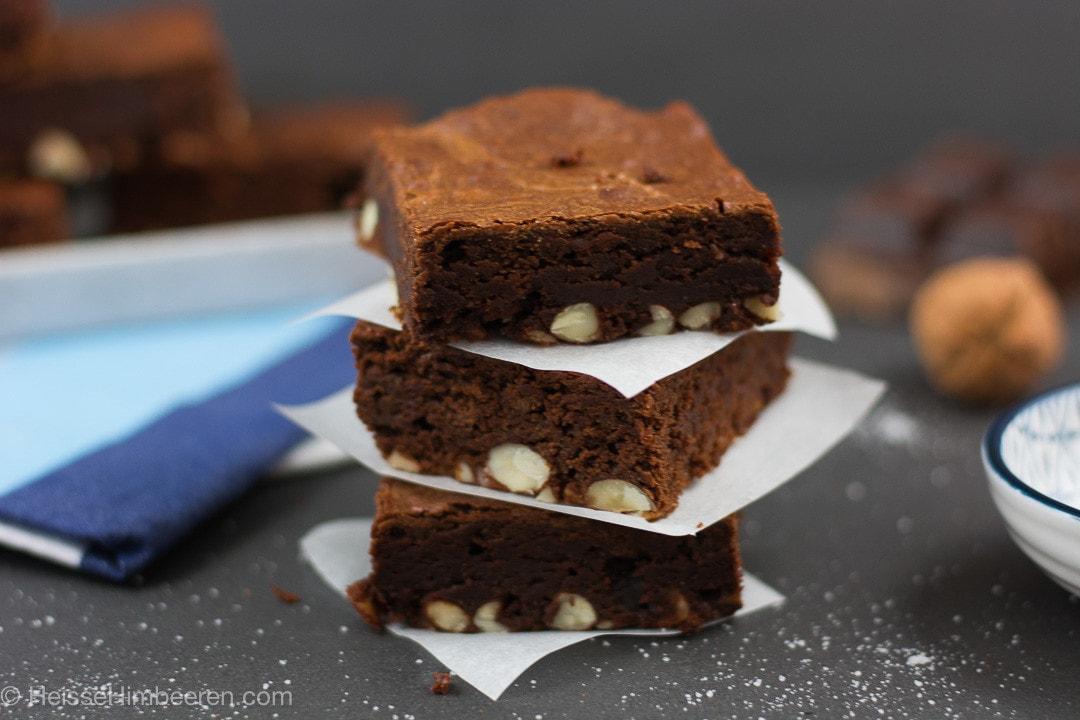 Drei Nutella Brownies gestapelt mit Backpapier getrennt