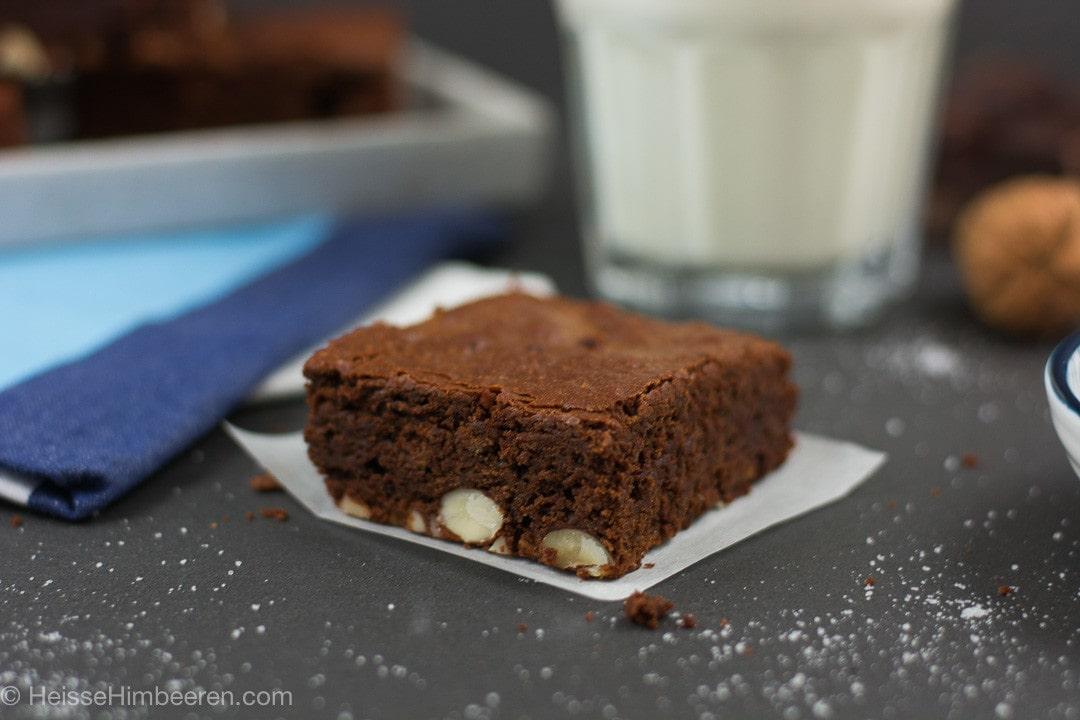 Ein Nutella Brownies und ein Glas Milch auf einem schwarzen Tisch