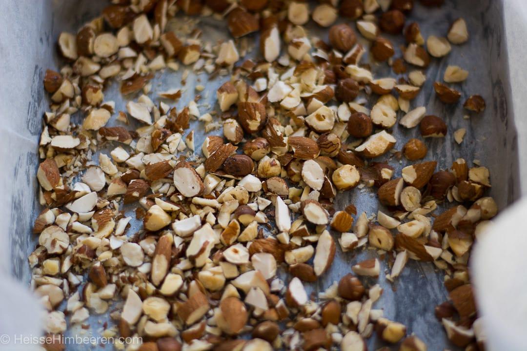 Ein Blech voller Nüsse und Nusssplitter