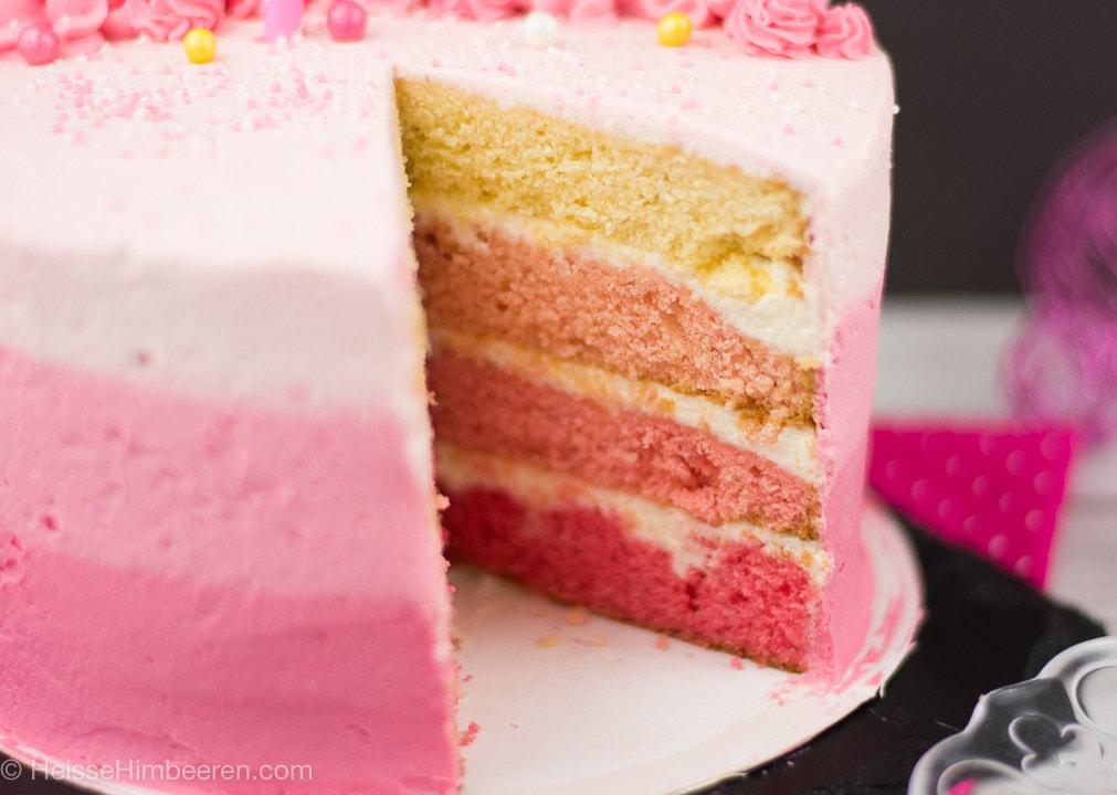Eine angeschnittene Flamingo Torte