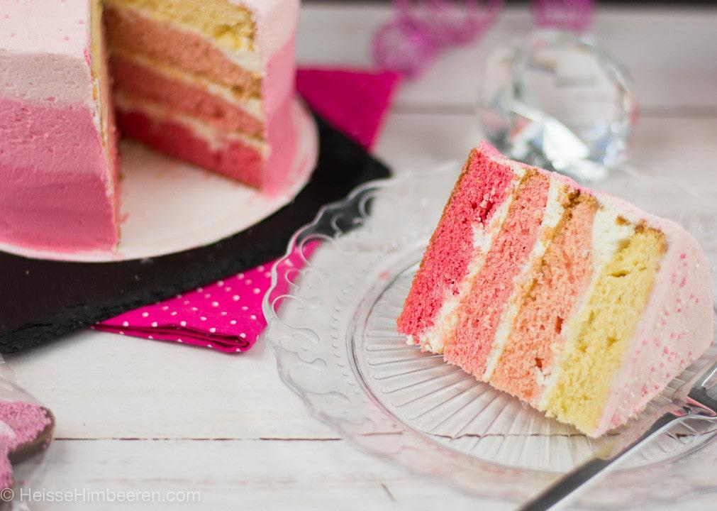 Ein Stück Flamingo Torte auf einem Teller mit Gabel