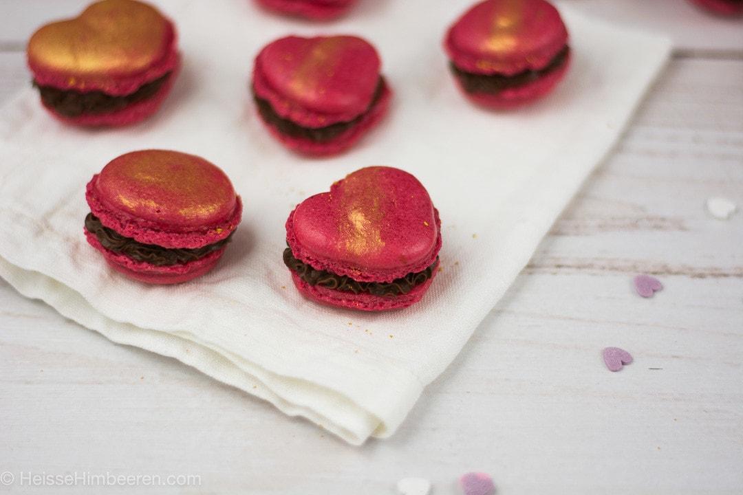 Viele kleine Herz Macarons mit gold Staub bedeckt
