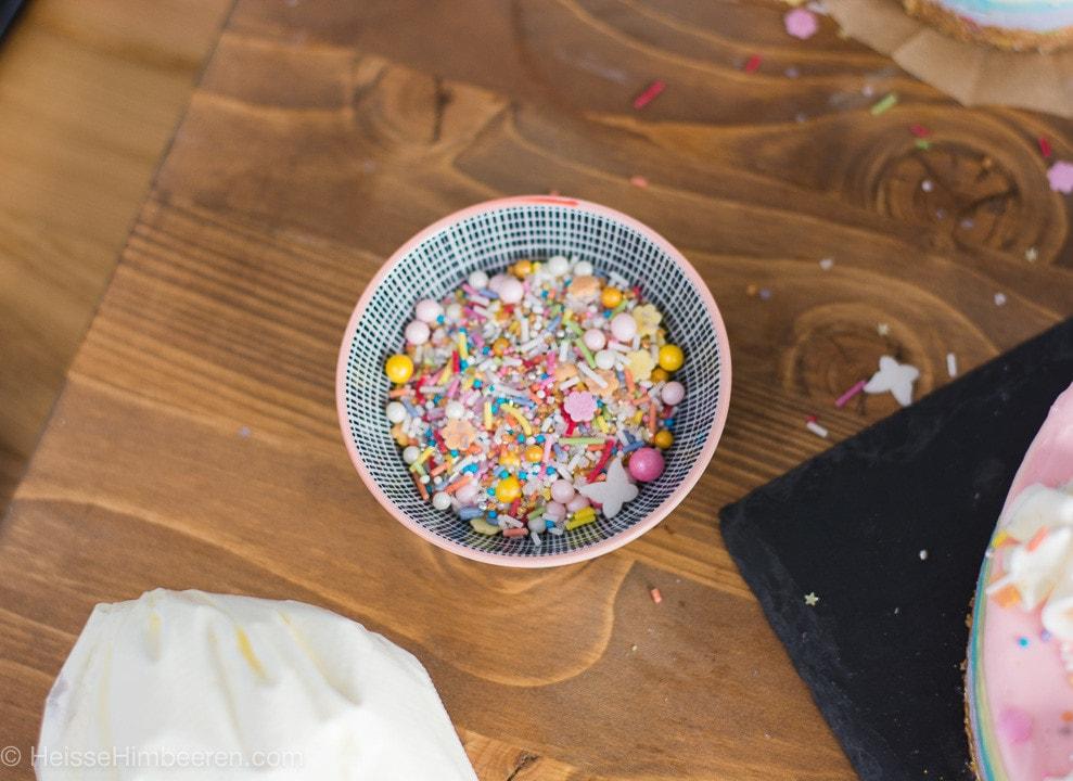 Eine kleine Schüssel mit Streusel und bunten Perlen