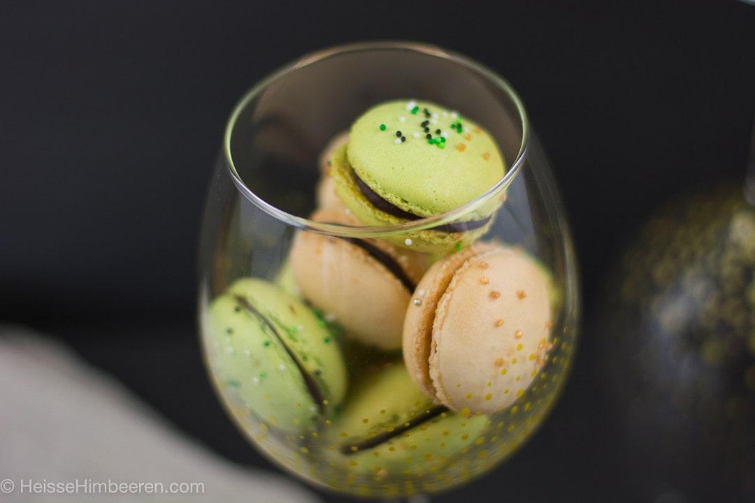 Ein Glas mit St Patricks Day Macarons