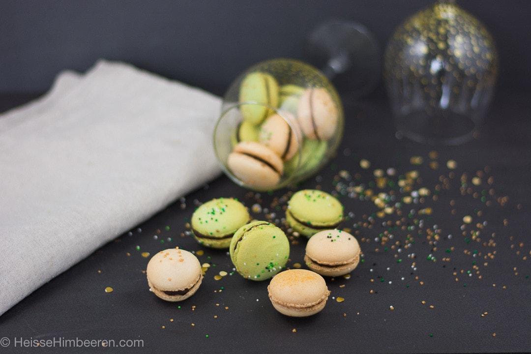 Viele St Patricks Day Macarons auf einem schwarzen Tisch