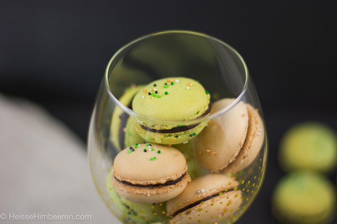 Ein Glas mit grünen Macarons