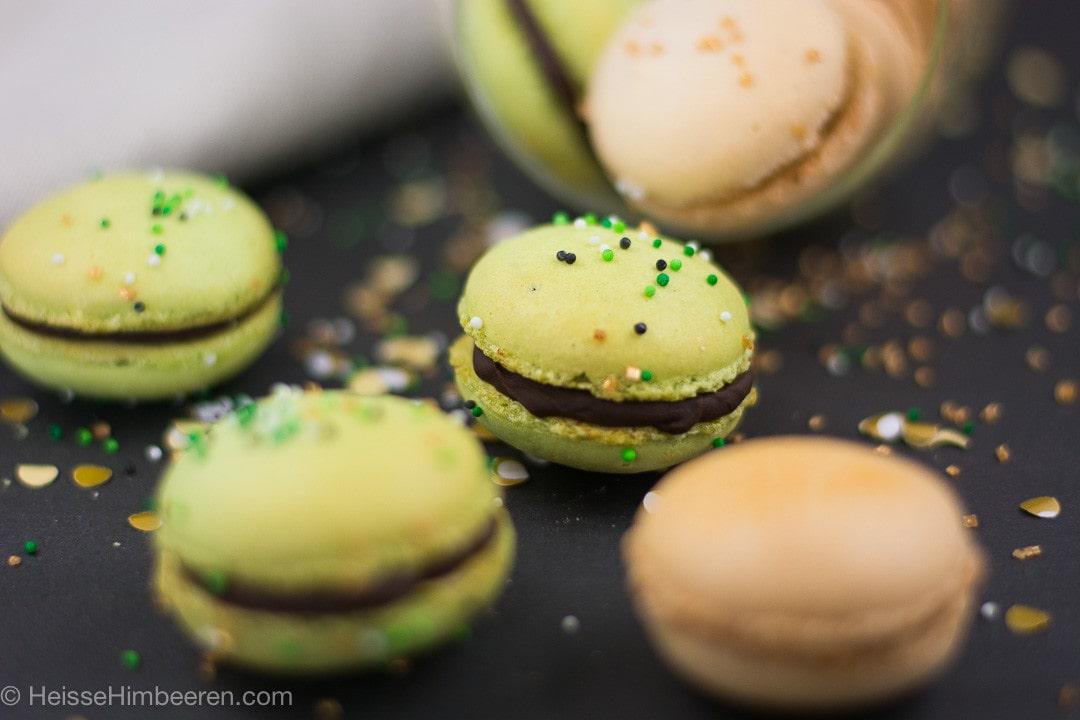 St Patricks Day Macarons mit Gold daneben