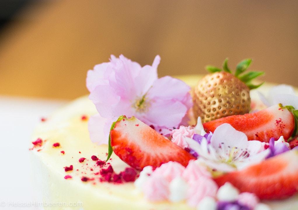 Der Erdbeerkuchen mit Mascarpone in der Nahaufnahme. Die Erdbeeren auf dem Kuchen stehen im Fokus