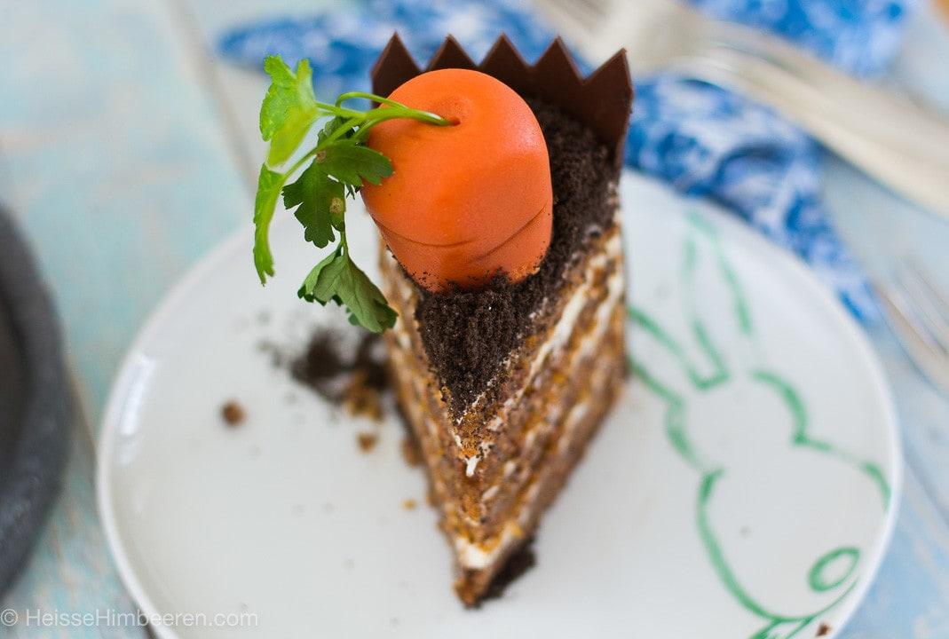 Ein Stück Karottentorte mit einer Marzipan Karotte