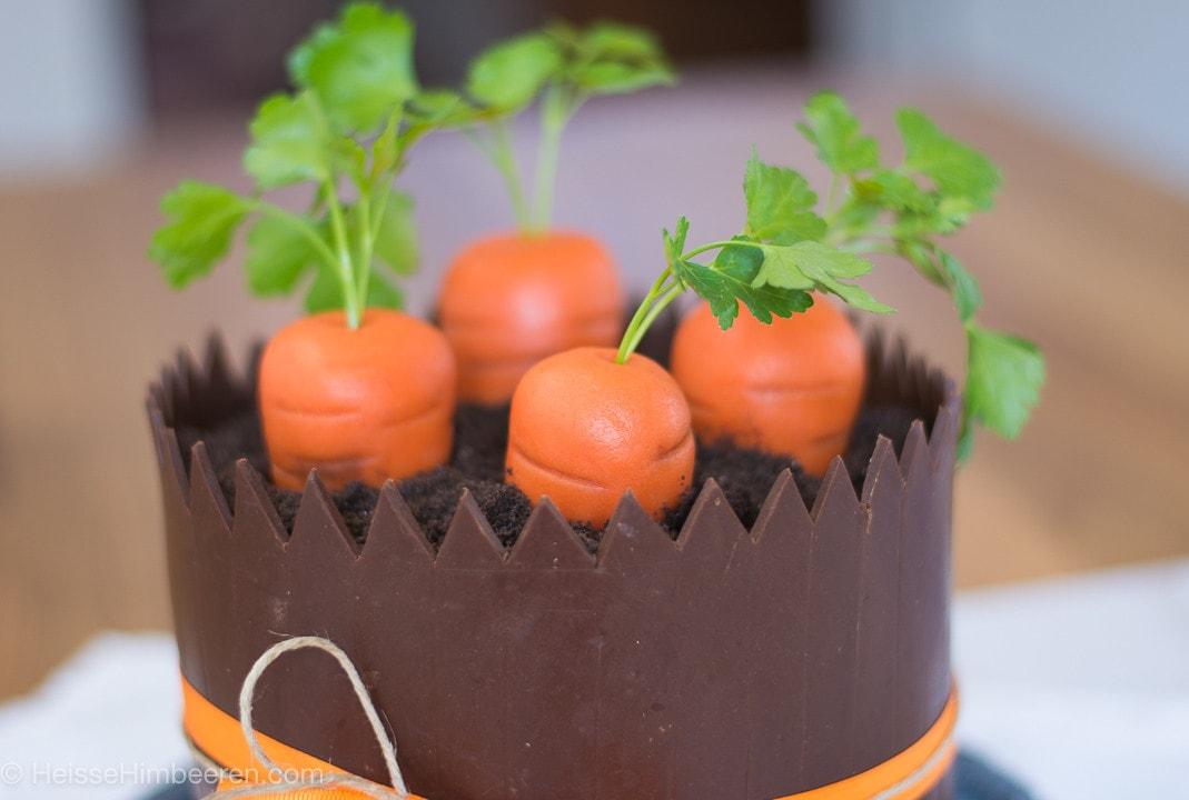 Eine Karottentorte mit vier Marzipan Karotten
