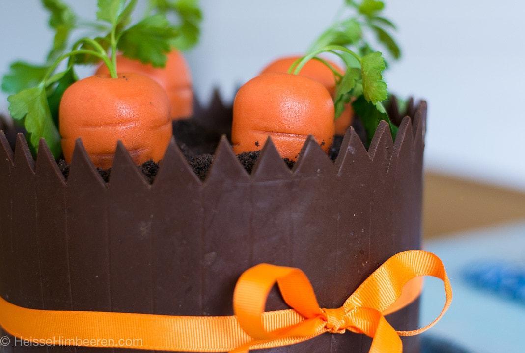 Marzipan Karotten stecken auf der Karottentorte
