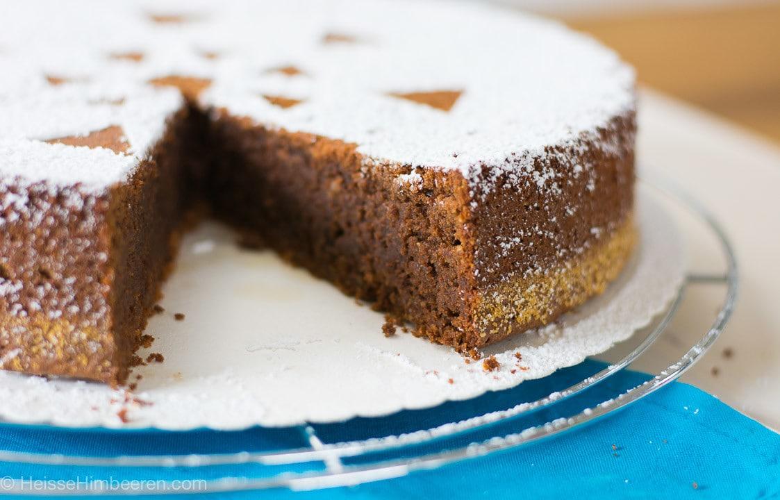 Ein italienischer Schokokuchen von der Seite. Es fehlt ein Stück Kuchen