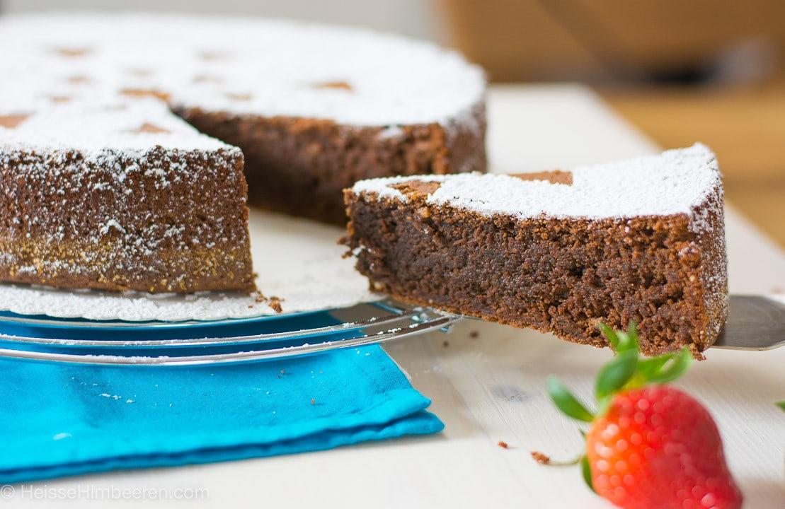 Ein Stück wird aus dem italienischen Schokokuchen mit eine Kuchenschaufel genommen