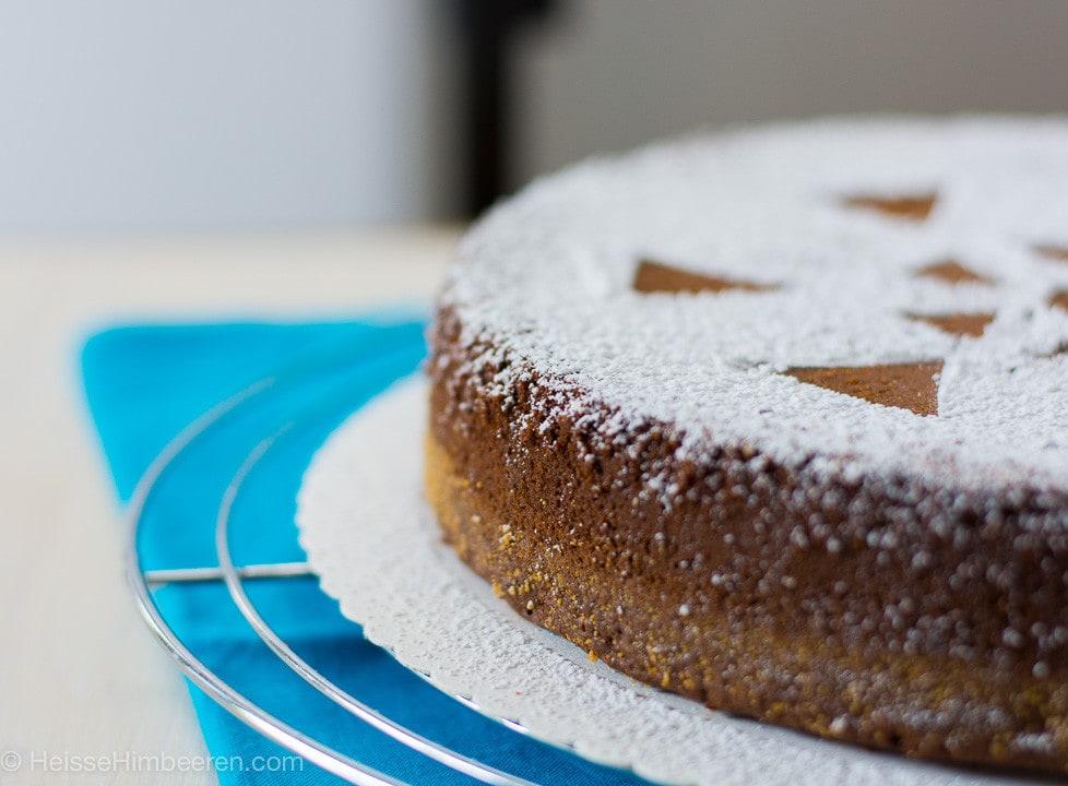 Saftiger italienischer Schokokuchen mit einem Muster aus Puderzucker oben auf dem Kuchen