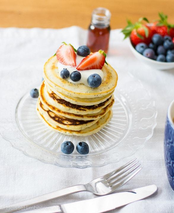 Zitronen Pancakes auf einem durchsichtigen Teller mit Besteck