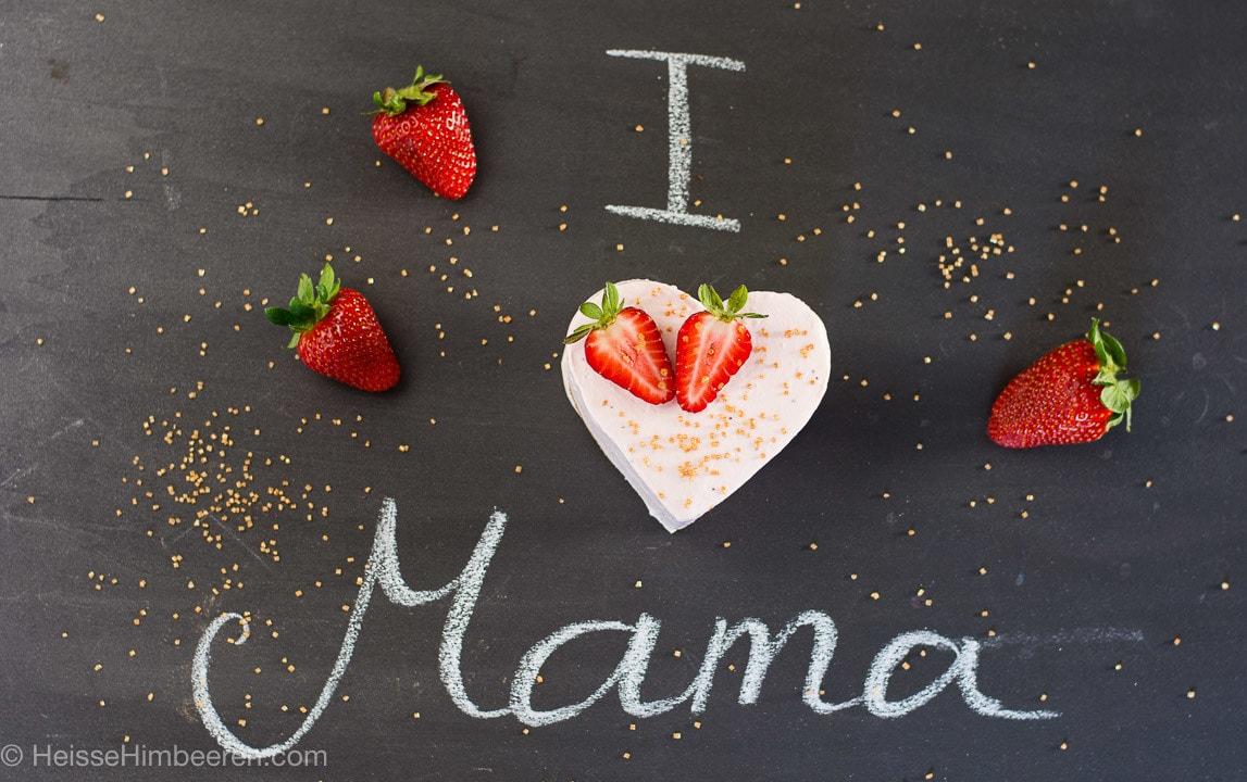 Muttertagskuchen in Herform mit einem I love Mama Schild, geschrieben mit Kreide