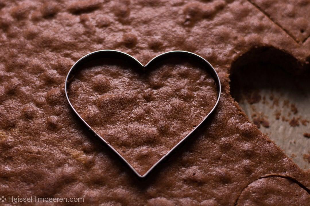Eine Herzform sticht aus dem Schokoladenboden ein Herz aus