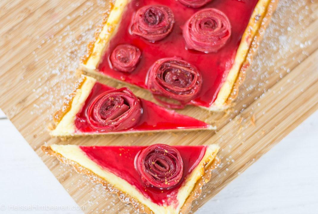 Eine Rhabarber Tarte mit Rosen aus Rhabarber auf der Tarte