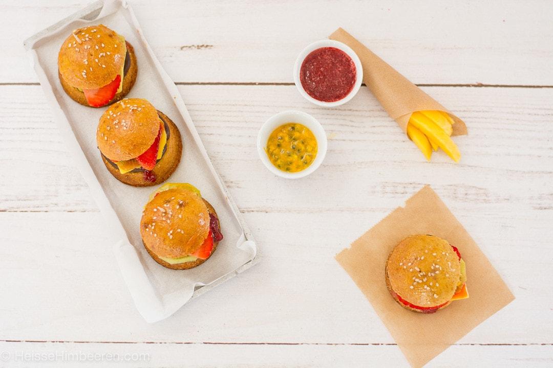 Süße Burger mit Ketchup, Mayo und Pommes aus Früchten