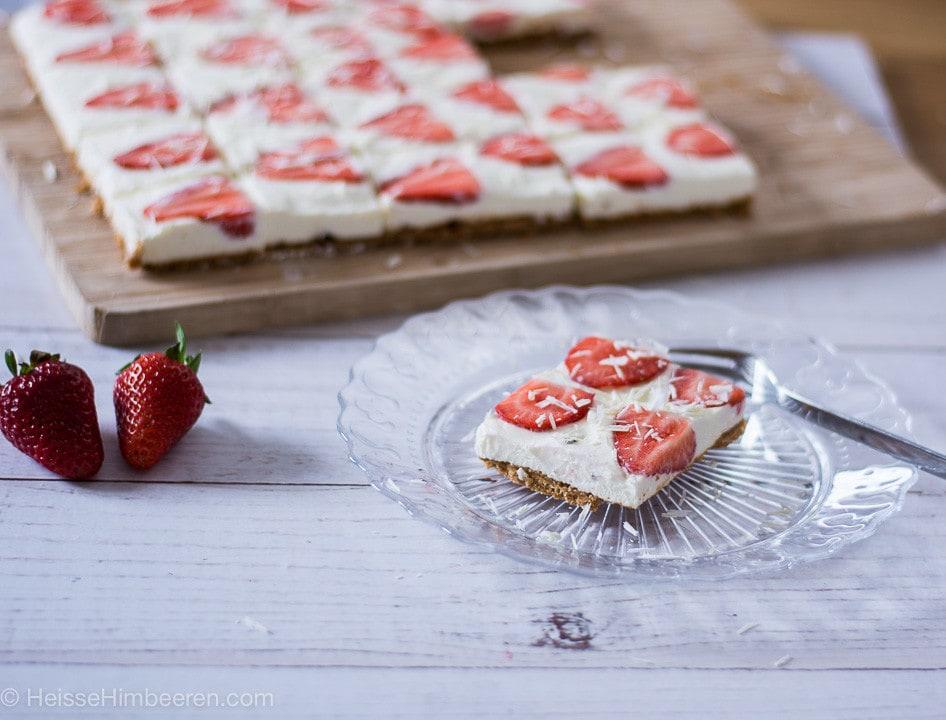 Ein Stück Erdbeer Cheesecake auf einem Teller