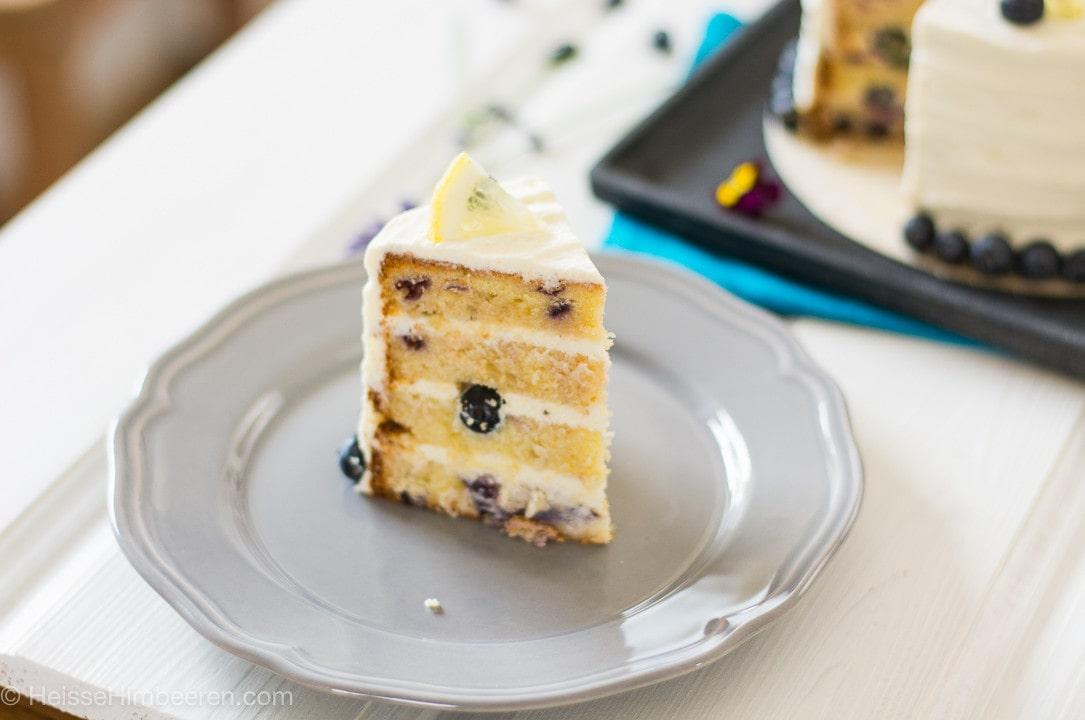 Ein Stück der Zitronen Blaubeer Torte