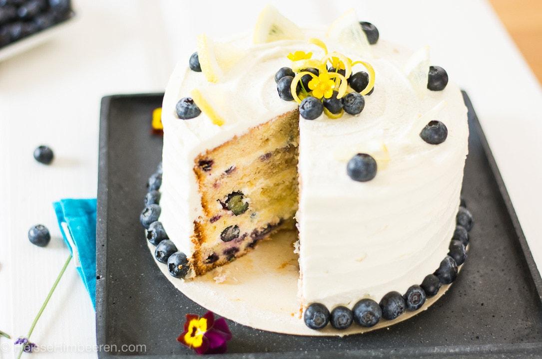 Eine Zitronen Blaubeer Torte. Es fehlt ein Stück