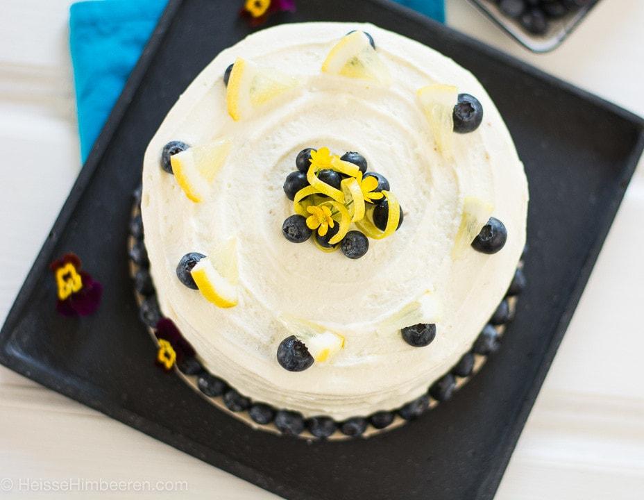 Eine Torte dekoriert mit Zitronenscheiben und Blaubeeren