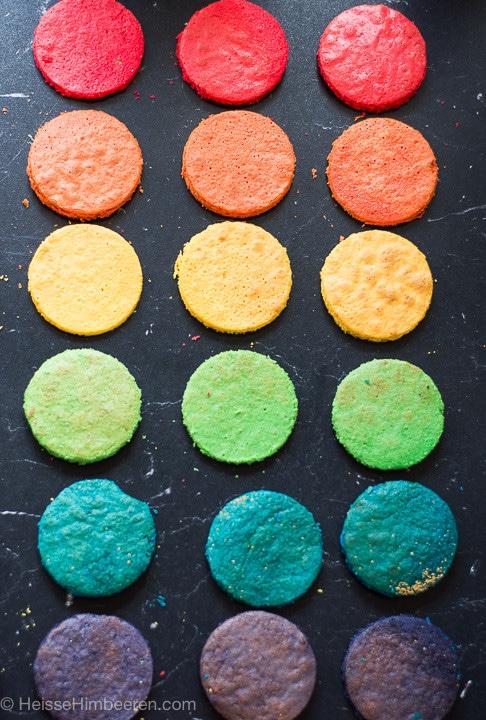 Die Böden für die Regenbogentorte in unterschiedlichen Farben