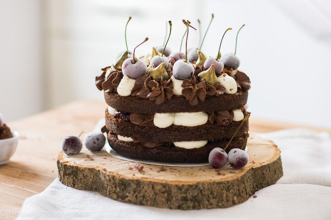 Ein Schoko Kuchen mit gefrorenen Kirschen und Schokosahne