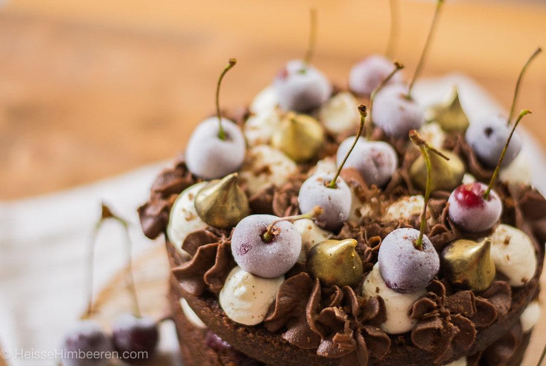 Ein Schoko Kirsch Kuchen mit gefrorenen Kirschen auf dem Kuchen