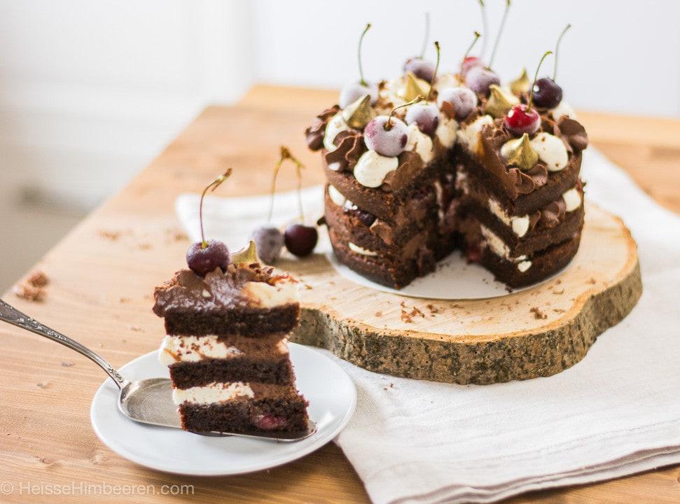 Ein Stück Schoko Kirsch Kuchen auf einer Kuchenschaufel