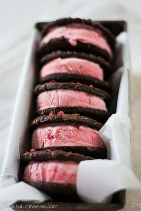 Mehrere Sandwich Eis mit Schokolade in einer länglichen Kastenform