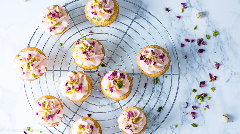 Rosen Cupcakes auf einem Kuchengitter von oben